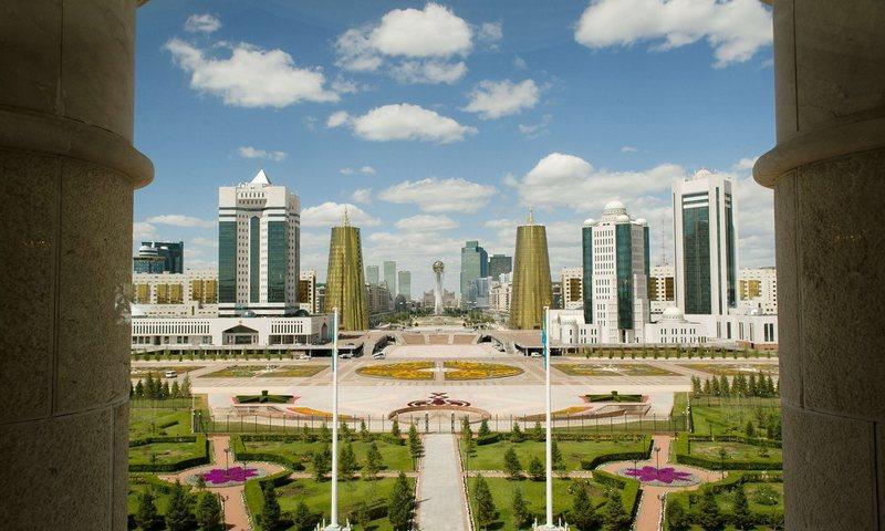 Astana, hlavní město Kazachstánu, pohled na bulvár Nurzhol před prezidentským palácem. Snímek National Geographic Society, 2012