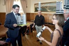 PETICE Proti výškovým stavbám v Olomouci - předávání primátorovi města Olomouce (Novotný) - 22.5.2012