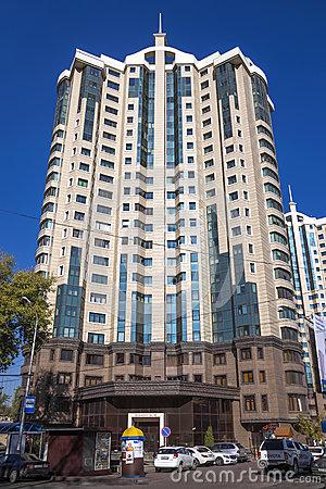 Výšková obytná budova v kazachstánském velkoměstě Almaty. Snímek Dreamstime.com