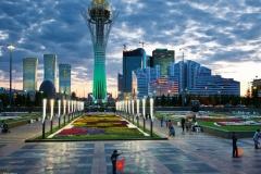 Astana, panorama centra města s výškovou budovou Baiterek na bulváru Nurzhol. Snímek Gerd Ludwig, National Geographic Society, 2012